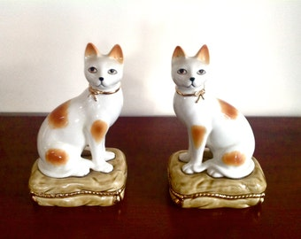 Vintage Pair of Staffordshire Style Cats Seated On Cushions - Cat Bookends/Mantel
