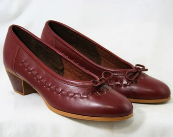 Size 8.5 W Leather Shoes - Beautiful Quality Pumps - Sophisticated 1980s - Fine Oxblood Leather - Stacked Wood Heels - Deadstock - 43149-1