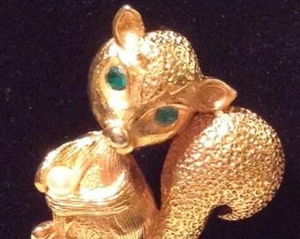 Vintage 1960s 60s Goldtone Figural Skunk Pin / Brooch / Green Rhinestone Eyes / Pearl / Little Stinker