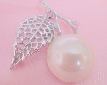 Vintage Sarah Coventry Nature's Pearl Brooch
