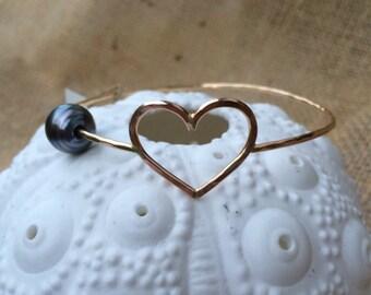 Gold heart and tahitian pearl bangle