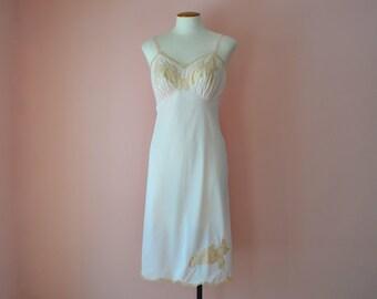 Pink 1960's Vanity Fair Full Slip Dress w/ Ecru Lace and Scalloped Hemline  Modern Size 32 34 36 Small Medium VL337