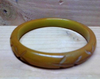 Vintage Bakelite Catalin Honey Mustard Green Yellow Carved Bangle Bracelet TESTED