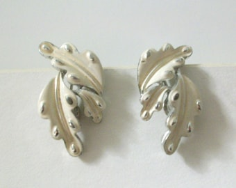 Pretty vintage Coro clip earrings. Ivory color with silvertone in a leaf design