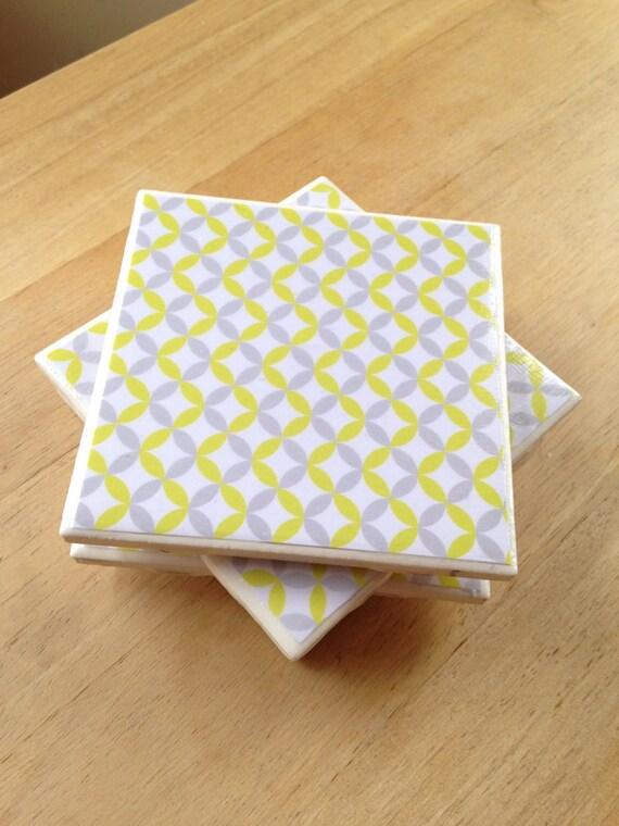 Carrelage imprim g om trique gris et jaune par for Carrelage geometrique