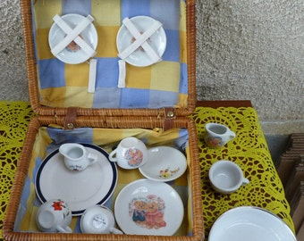 DINETTE FOR DOLLERS diverse in a camping basket,picnic, service little Bear Composed of 3 plates, a milk jug and a cup