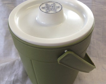 10% OFF SALE Retro Avocado Green Plastic Rubbermaid Ice Bucket with Lid