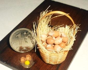 Reallistic Dollhouse miniature eggs, eggs in basket + One broken egg 1:12