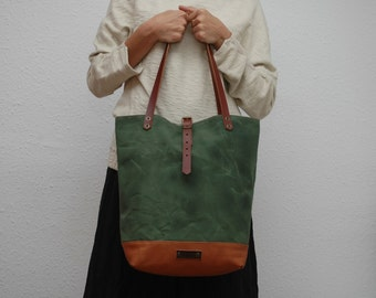 Tote bag waxed canvas, military green color, leather base with  handles and closures in leather