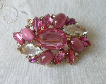 Lovely vintage pink  and clear rhinestone brooch