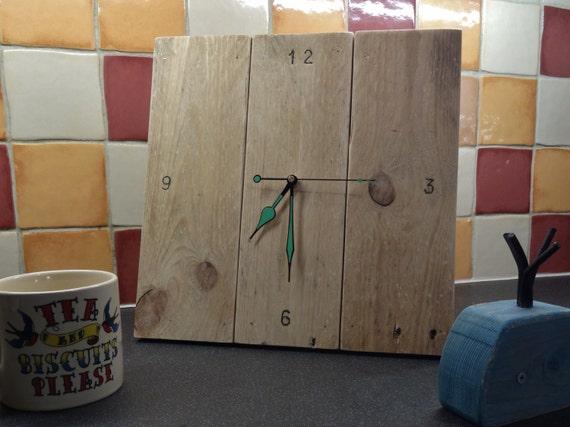 horloge bois de palette wall clock artisanal par davesbeachhutuk. Black Bedroom Furniture Sets. Home Design Ideas