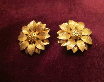 A great pair of vintage 1960's Sarah Coventry Daisy Earrings