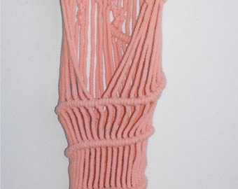 Cantilever tapestry of macrame in salmon color