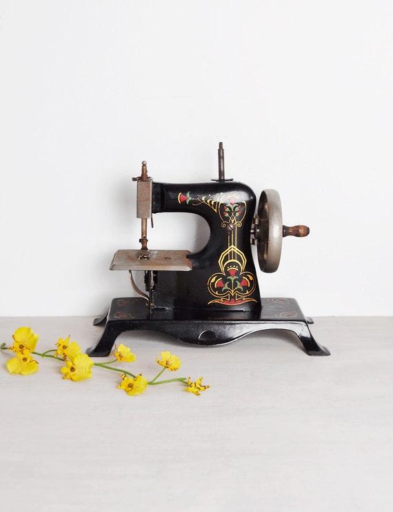 Vintage casige machine coudre jouet mod le de style art for Machine a coudre king jouet