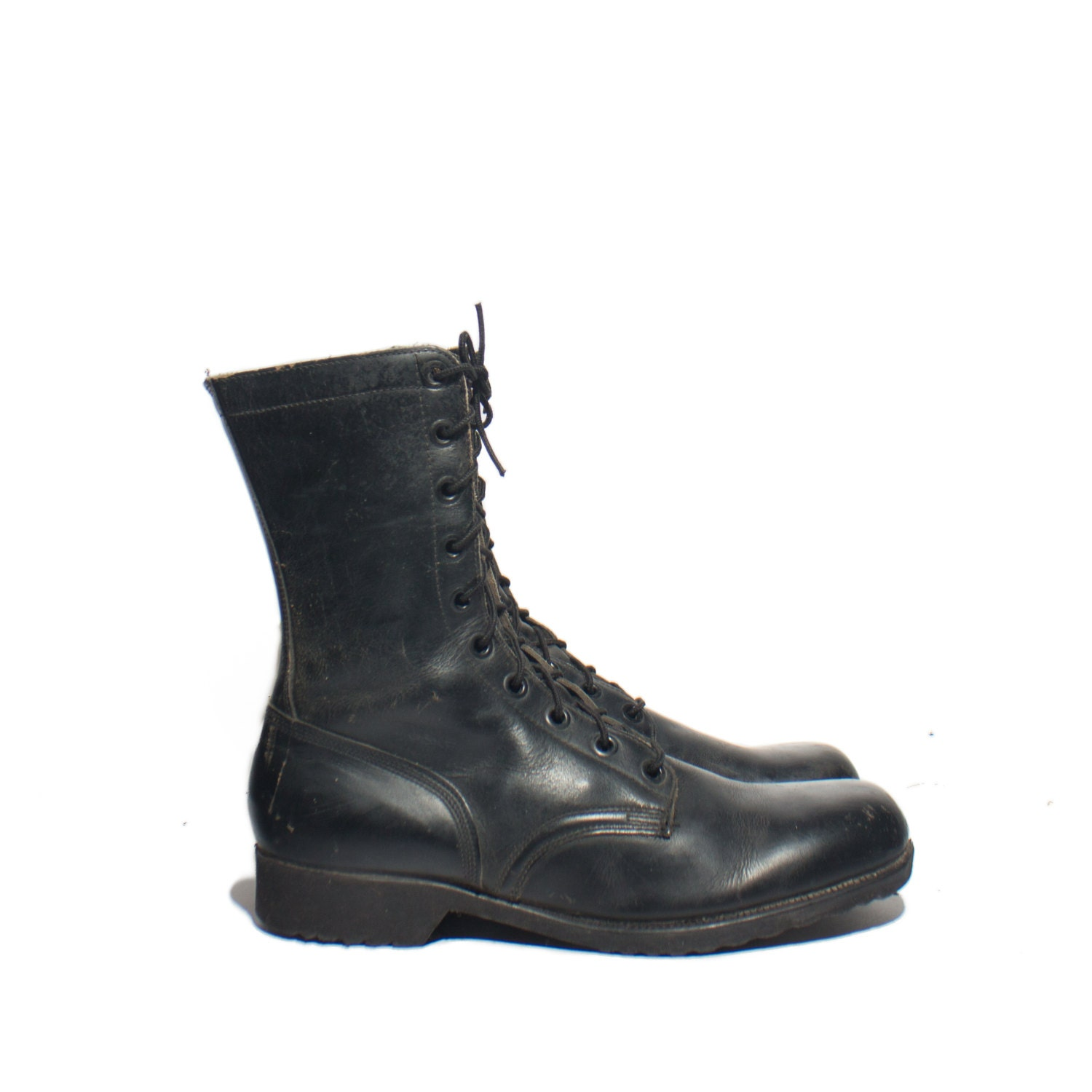 Belleville's most highly recognized boot, the ICONIC DES revolutionized military footwear when it was first introduced using the VANGUARD® premium cushioning sole system. This classic boot was able to be constructed with more of an athletic feel through the utilization of .