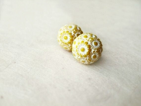 Yellow and White Flower Earrings. Pastel Yellow Vintage Cabochon Stud Earrings with White Daisies. Hypoallergenic Surgical Steel Posts.