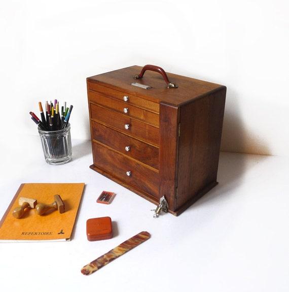 bo te en bois tiroirs avec poign e et fermeture cadenas. Black Bedroom Furniture Sets. Home Design Ideas