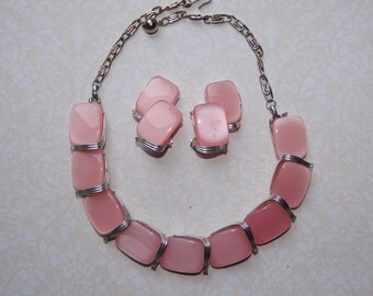 Lisner Necklace Earrings Set thermoset in pink and silver tone excellent condition
