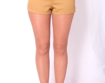 Pin up style high waisted short with metal buttons on the front