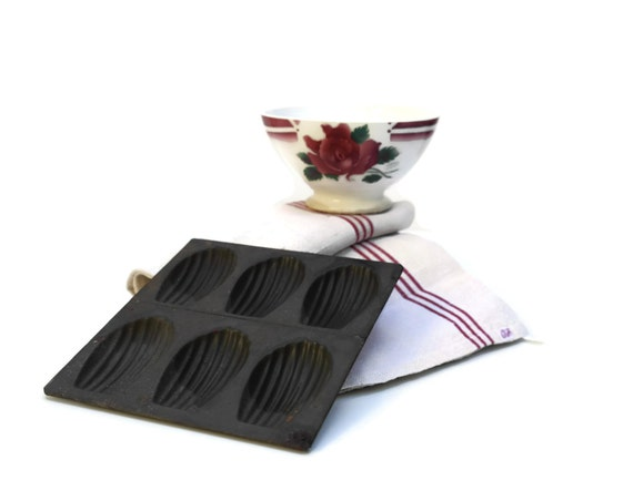 French kitchen decor madeleine baking tray by lebonheurdujour for Madeleine decoration