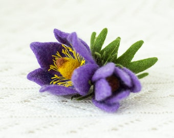 Spring Flower Brooch Pulsatílla / flower brooches / brooch pin / felt pins / handmade felt jewelry