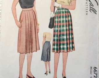 Vintage 40's Woman's Skirt sewing pattern.   McCall.  Waist Size 26.   No. 6672.