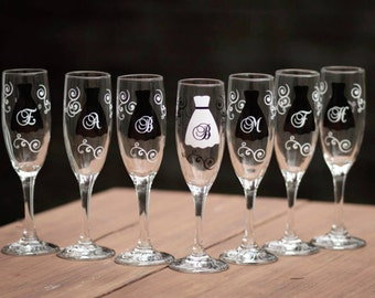 6 Bridesmaids champagne flutes, Personalized monogram wedding glasses in black and white motif, bridesmaid gift ideas. Modern wedding. Bride