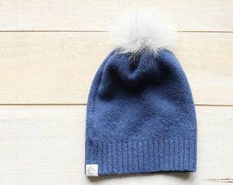 bonnet de laine et pompom de fourrure bleu - blue upcycled wool and fur hat