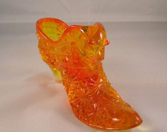 Fenton amberina shoe from Old Virginia line,vintage daisy button and cat pattern, original tag