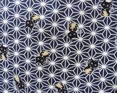 Tissu japonais chat maneki-neko sur motif étoile asanoha sur bleu très foncé 50 * 110