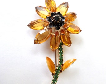 1950 Stunning Vintage Long Stem Daisy Flower Pin Brooch Topaz Color Petals Green stone Stem Jewelry Accessories