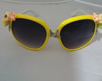 Flower Yellow Sunglasses  Retro Hipsters Eyewear Design UV Screen,  Flowers & Bird Decorated Sunglasses, White Handle