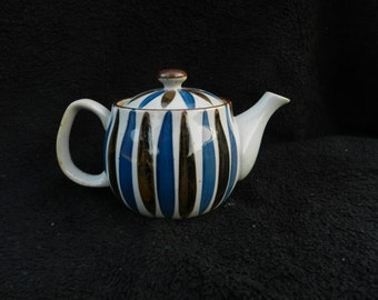 Tea pot: Hand Decorated Porcelain