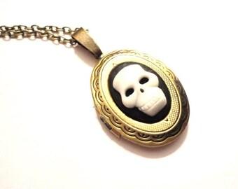 Necklace Medaillon Skull black white