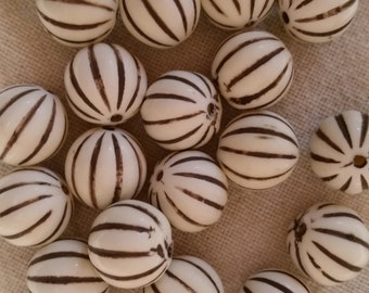 Vintage White and Gold Round Acrylic Beads