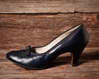Vintage 1950s navy leather pumps / decorative bows and cutouts / Red Cross Shoes