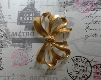 gold coloured bow brooch