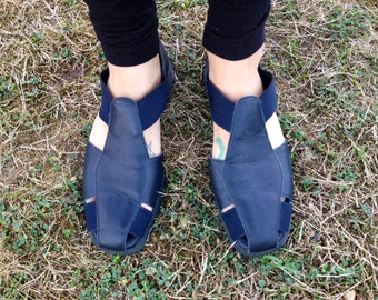 Vintage 80's Cut Out Sandals/  Flats/ Black Leather and Elastic Huaraches by Aerosoles Womens US size 9.5""