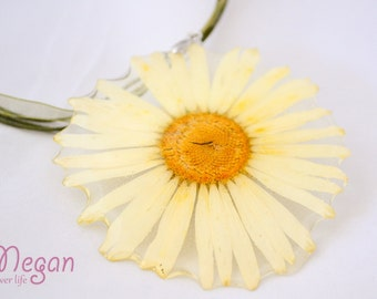 Real Flower Resin Necklace - Real Daisy in resin, Pressed Flower Jewelry - Resin Necklace - Resin Jewelry. Daisy in resin