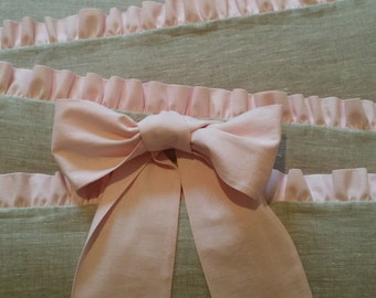Crib bumper with pink ruffle and bows /// Crib bedding, Nursery bedding, Cot bedding