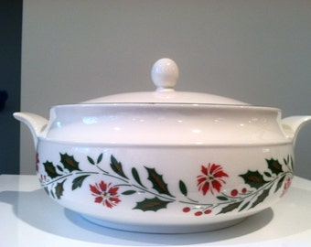 Royal Kent Staffordshire England Christmas China / Porcelain Holly Poinsettia 2 Qt Casserole