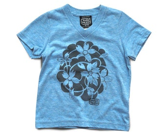 Under My Skin • Blossoms • tee-shirt col V