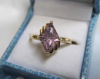 14k yellow gold ring with fancy-cut, kite-shaped amethyst; size 6.75