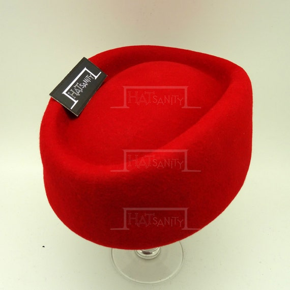 Shop 1950s Hair Accessories VINTAGE x ELEGANT Wool Felt Round Shape Pillbox Hat - RED $17.00 AT vintagedancer.com