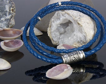 Iris Blue, braided leather bracelet with a combination of different materials.