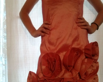 Salmon-coloured strapless cocktail dress