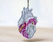 LIQUIDACIÓN: HEAVY HEART Colgante bordado en color con oro