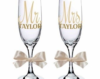 Set of 2 Mr. & Mrs. Personalized Champagne Flute Glasses, Bride Gift, Groom Gift, Wedding Couple Gift