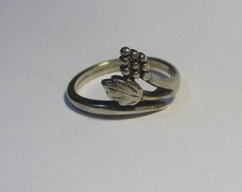 Vintage Black Hills leaves & grapes sterling silver ring - WM Co - Size 4 - 1.6 gram