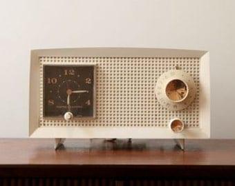 Vintage GE C-600A Tube AM Clock Radio, Cream White Case, Mid Century Modern, Mad Men Eames Era